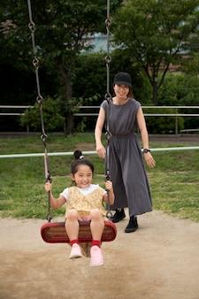 그녀의 딸과 함께 노는 싱글 엄마