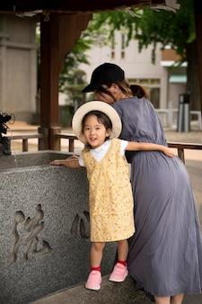 그녀의 딸과 함께 야외에서 시간을 보내는 싱글 엄마
