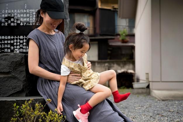 그녀의 아이와 야외에서 시간을 보내는 싱글 엄마