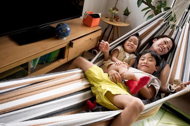 Мама-одиночка проводит время с сыном и дочерью