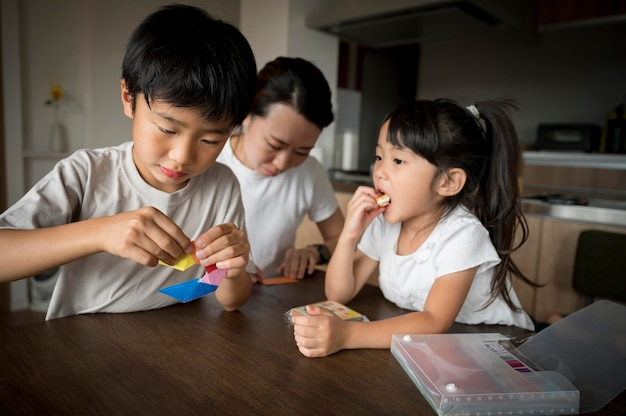 Mamma single che trascorre del tempo con suo figlio e sua figlia