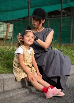 Мать-одиночка играет со своей дочерью в парке