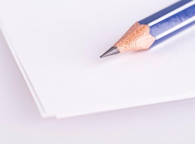 Карандаш на белой бумаге