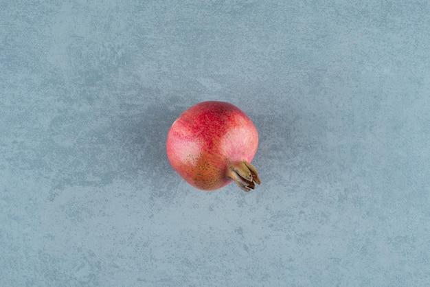 대리석에 단일 붉은 석류입니다.