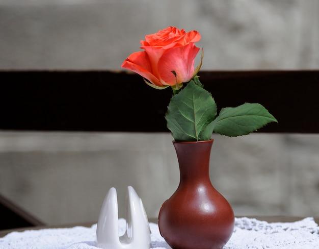 꽃병에 단일 빨간 장미