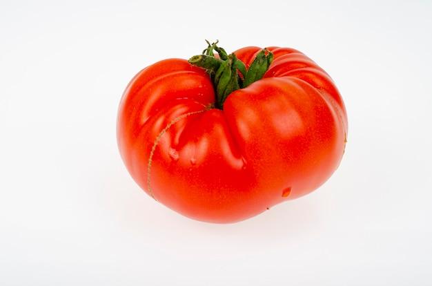 Одиночный спелый красный помидор говядины, изолированные на белом фоне.