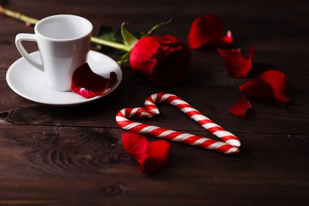 夕方のロマンチックな環境での単一のバラ