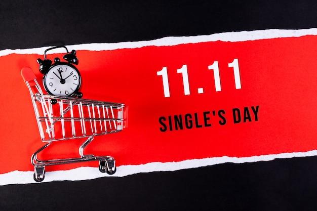 Баннер распродажи дня холостяка, 11.11. корзина на красной бумаге с текстом.