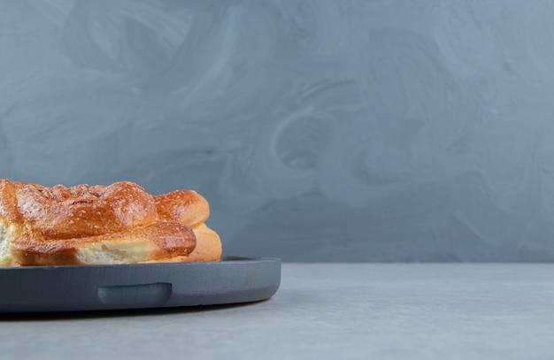 Одноместный сладкое тесто на черной доске.