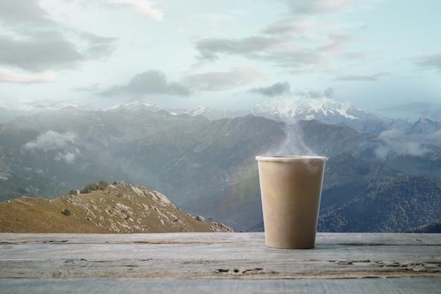 Одна кружка чая или кофе и пейзаж гор на фоне