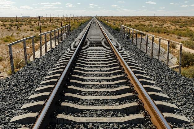 カザフスタンの草原にある単線鉄道