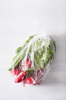 使い捨てプラスチック包装の問題。ビニール袋に入った果物と野菜