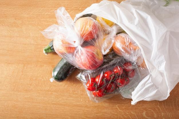 使い捨てプラスチック廃棄物の問題。ビニール袋に入った果物と野菜