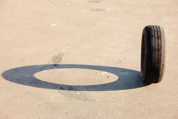 도로에 단일 수직 타이어