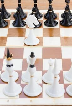 黒いチェスの前にいる一人の白い騎士