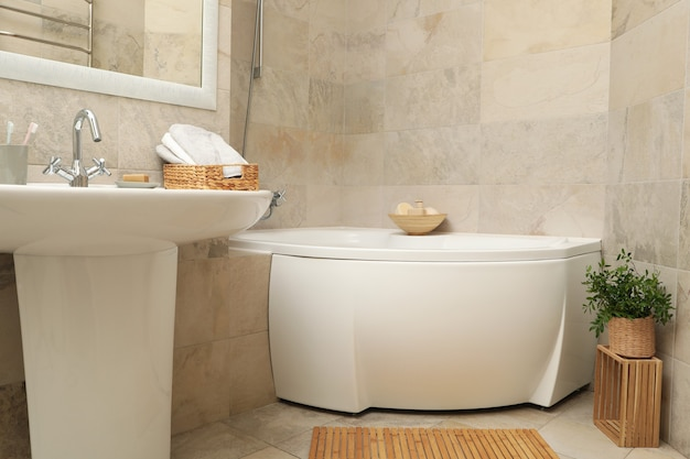 Раковина и предметы личной гигиены в ванной