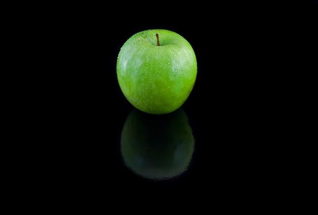Одноцветное яблоко. на черном