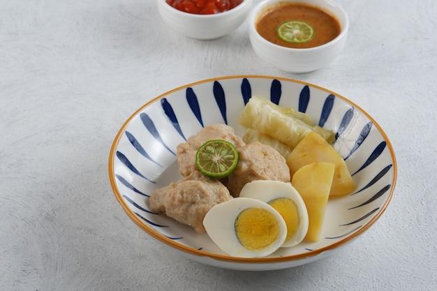 Siomay 인도네시아 전통 음식땅콩 소스를 곁들인 생선 만두