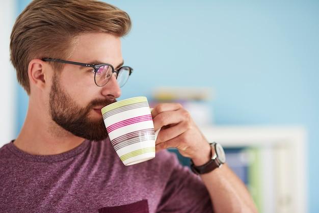 家でコーヒーを一口