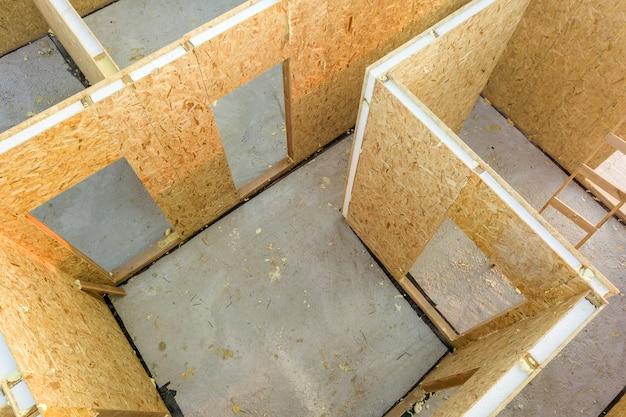 新しいモダンなモジュラーハウスの建設。内部に発泡スチロールの断熱材が施された複合木製sipパネルで作られた壁。省エネ住宅コンセプトの新しいフレームを構築します。
