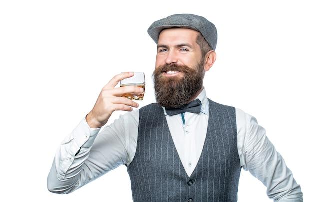 最高級のウイスキーを飲みます。厚いひげを持つ男の肖像画。マッチョな飲酒