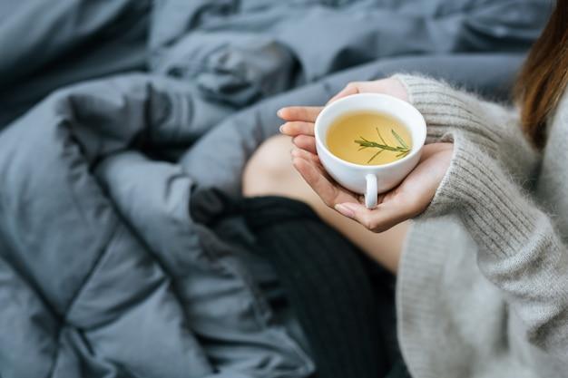 寒い日にハーブティーを飲む