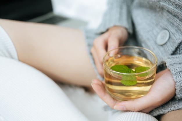 Попивая травяной чай в холодный день