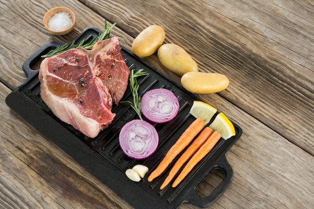 Филе филе и ингредиенты в черном ящике на деревянном столе