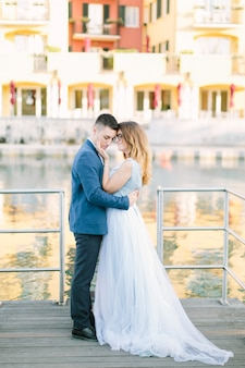 Сирмионе, лаго ди гарда, италия. очаровательная влюбленная пара обниматься и целоваться на мосту в сирмионе