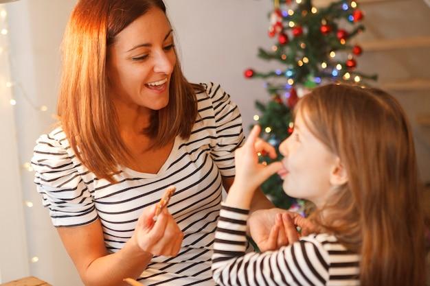 クリスマスの時にチョコレートクッキーを焼く姉妹