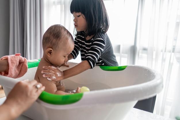姉が弟の入浴を手伝う