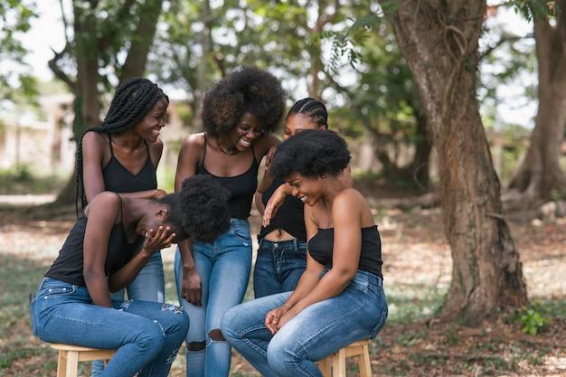 女性が笑う姉妹の概念