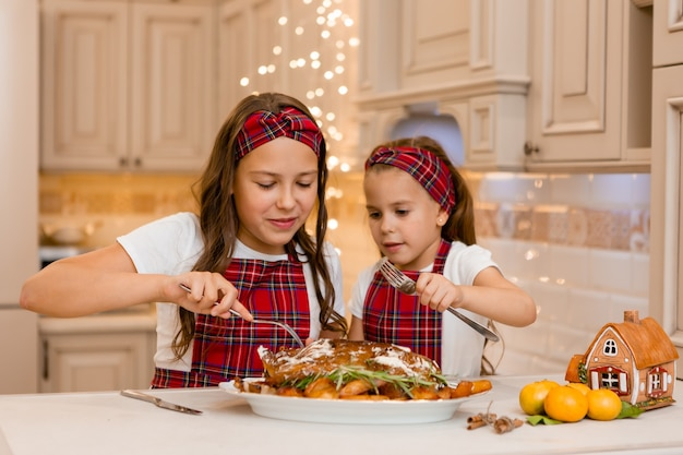 Сестры дома едят
