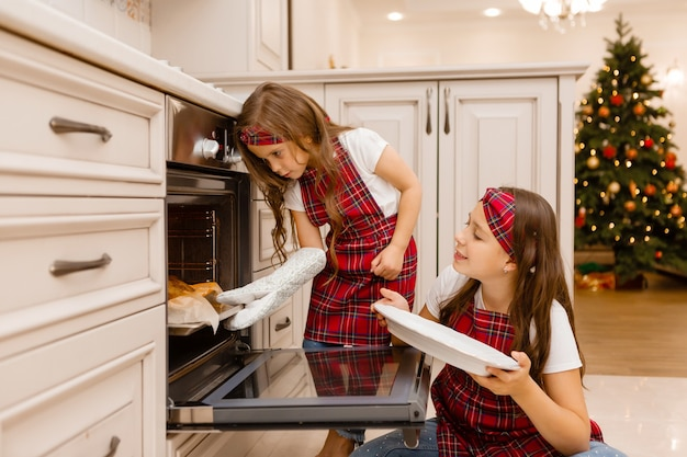 Сестры готовят ужин на рождество