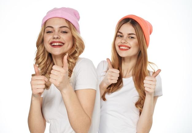 姉妹の喜び感情ライフスタイル楽しいクロップドビューファッションコミュニケーション