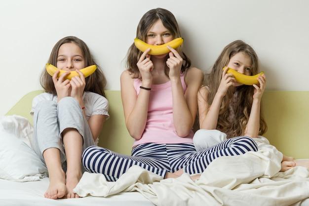 Сестры детей в пижамах играют
