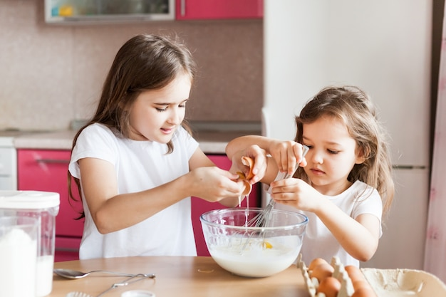 자매는 아침 식사, 패스트리를 준비하고 밀가루, 우유, 계란, 팬케이크 활을 섞습니다.