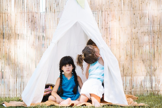 텐트에 앉아 자매