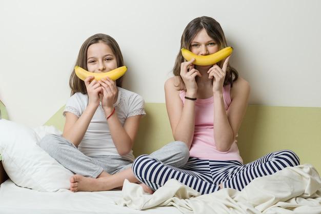 Сестры используют бананы для смайлика