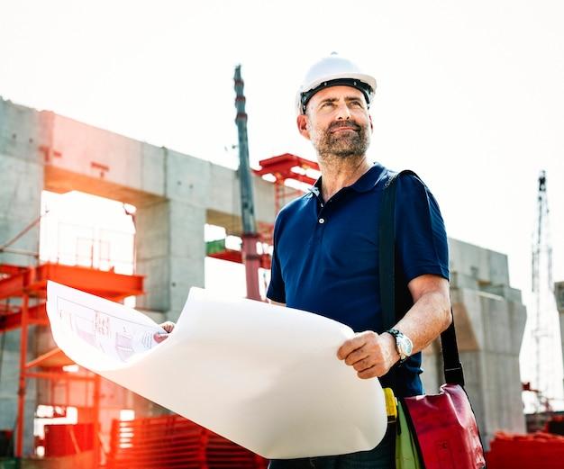 Инженер на строительной площадке