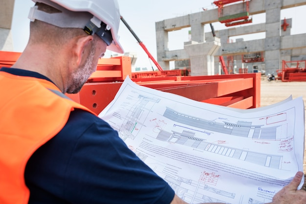 Инженер-строитель на строительной площадке