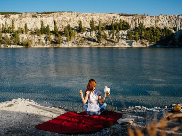 Сидит на берегу реки отпуск природа пейзаж путешествия