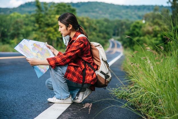 道路に座って地図を見る。