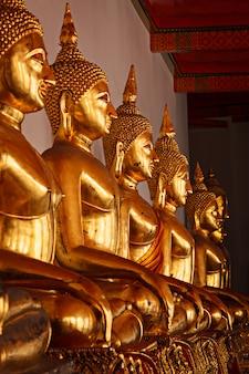 タイの仏像を座っています。