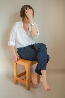 흰 셔츠에 앉아 비즈니스 유럽 여자