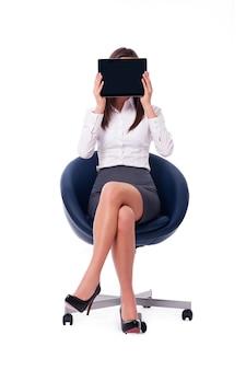 デジタルタブレットを持って座っている実業家