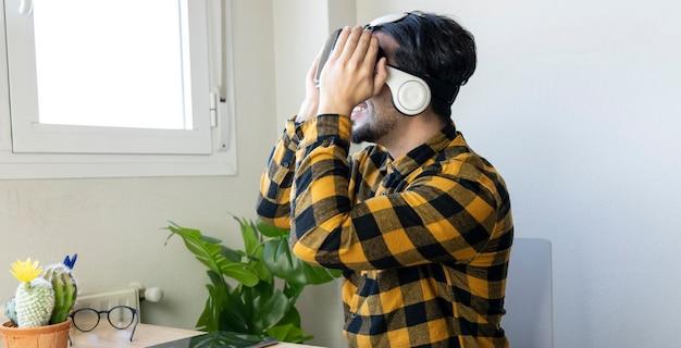 Сидящий красавец использует очки виртуальной реальности