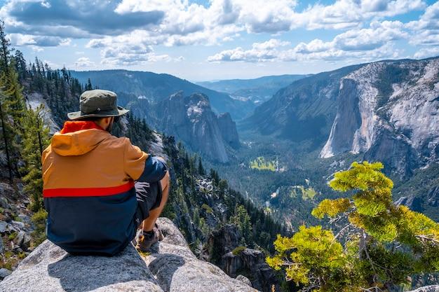 ヨセミテ国立公園とエルキャピタンを見下ろす展望台に座っています。アメリカ