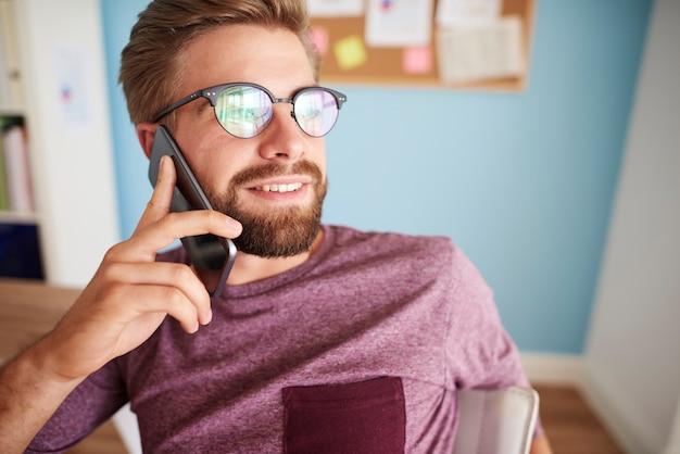 Сидеть на стуле и разговаривать по телефону