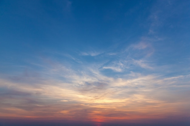 하늘에 태양을 앉아. 하늘은 석양입니다.